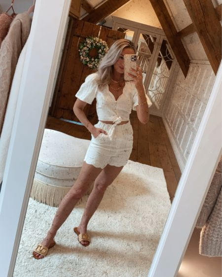 White scalloped linen shorts = obsessed 🤍 http://liketk.it/3fQLb #liketkit @liketoknow.it