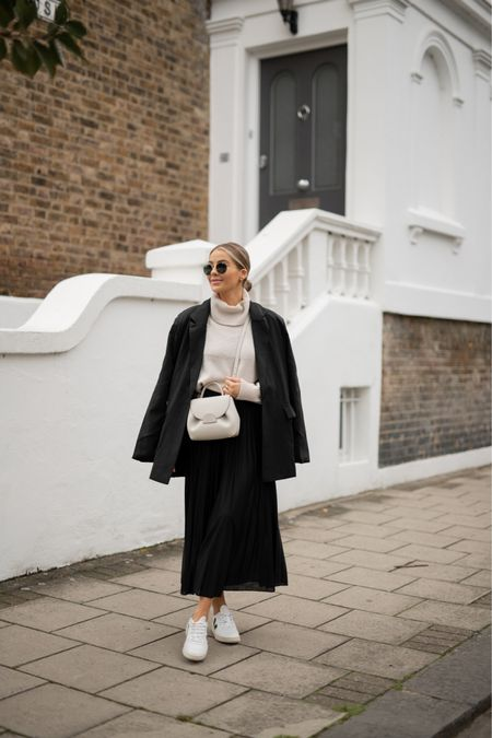 Taking midi skirts into Autumn. One of my favourite looks ever 👏🏼 classic, chic, comfy 👀