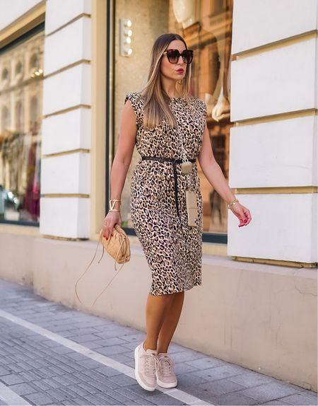 Weekend Casuals 🤍🤎   Werbung  Easy & Comfy gehts durch den Sonntag mit meinen neuen Handy Accessoires @bymi 👉🏻 mehr dazu in den heutigen Stories ✌🏻 #bymi #bymimonent #mixandmatch Happy Sunday!   #ootd #animalprint #leoprint #leo #leatherpants #leodress #sweatdresa #fallstyle #summumwomen #fashioninspo #paddedshoulders #styleinspo #sneaker #sneakerlook #woden #bottegavenetapouch #bottegaveneta