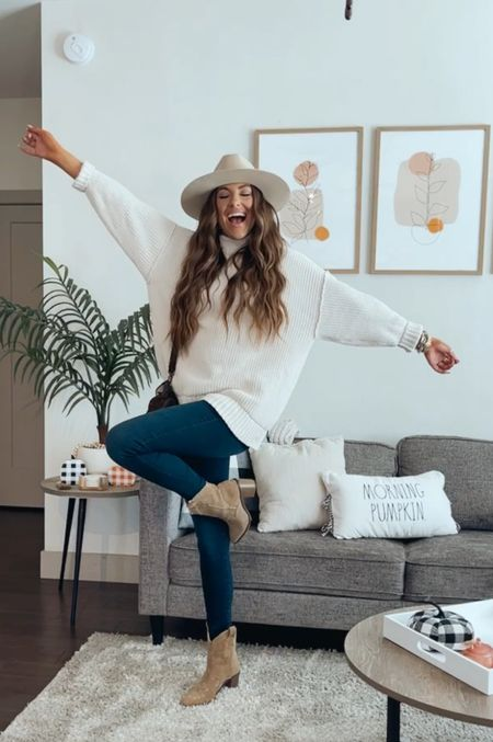 How to style an oversized sweater for fall! High rise skinny jeans, wide brim hat & western boots!