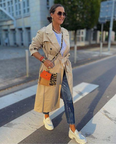 Werbung 💙Casual in Jeans , Trench und Loafer geht's in die neue Woche .  Als stylisches und praktisches Accessoires trage ich die Handytasche von @zoiundernst . Bitte nach Links wischen für mehr Details 🐆  Happy new week ihr Lieben 💙  #LTKeurope #LTKSeasonal #LTKstyletip