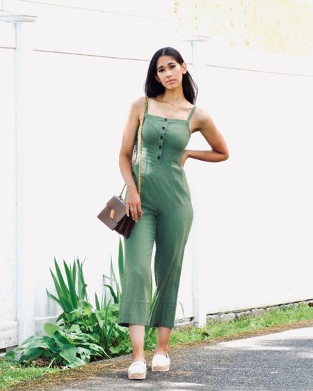 You all know how much I love my (linen) jumpsuits! Most of which are from @gap and @oldnavy. I'm not sponsored to say that, it's just the truth 😆 The one I'm wearing is currently #onsale with an additional 20% off! It also comes in a beautiful rust color that would be just as perfect for fall 👌🏼 I've linked them here: http://liketk.it/2SZhk . You could also find it on my blog under the 'shop' tab. #liketkit @liketoknow.it #LTKunder50 #LTKstyletip #LTKsalealert