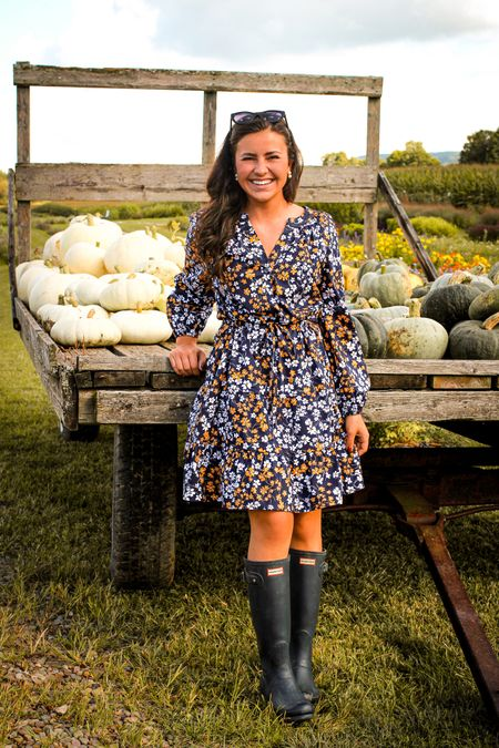 The perfect dress at the pumpkin patch! 🎃 Loving this fall floral from @DraperJames 💙