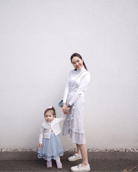 母親節當日的母女穿搭💕  這天想跟寶寶來個母女裝 但媽媽從來沒有買過什麼母女裝 所以唯有在顏色上襯一襯就當是母女裝吧😆  碎花雪紡裙是春夏季的必備單品🎀 多款選擇👉🏻 http://liketk.it/2P4Ye   更多款式將會分享在IG Story上, 有直接連結🔗方便選購喔!🤗💕   #liketkit @liketoknow.it #outfitoftheday #fashion #fashionblogger #chanelwoc #floralmidiskirt #ootd #mothersdayoutfit