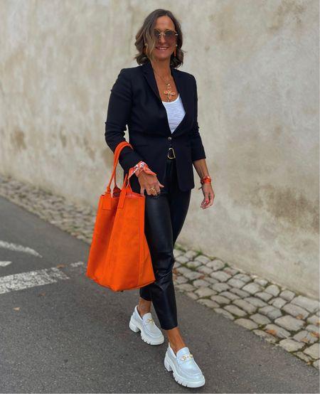 Werbung 🧡 #baglove 🧡   Diese Tasche ist ein Blickfang und dazu geräumig und schick . Wie alle Taschen von Zoi und ernst in liebevoller Handarbeit gefertigt . Ihr bekommt die Tasche in verschiedenen Größen & Farben . Ich trage sie in einem orangenem Fell / Ledermix .   Mit meinem Code TANJA10 bekommt ihr bis morgen 10 % auf das gesamte Sortiment .  Ich wünsche euch einen schönen Wochenstart 🧡      #LTKeurope #LTKstyletip #LTKSeasonal