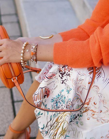 Detail Lover 💫   Werbung Ein Look ist nur so gut wie seine Details 👉🏻 und deswegen gibt's bei mir immer ein close - up 😉 Und PS: bei @mainpunkt könnt ihr gerade wieder so richtig sparen, denn es gibt 25% Rabatt mit dem Code *xxx*und gratis Lieferung mit *pheromone*  dazu 💫  . . . #orange #knitsweater #details #armcandy #sweaterweather #strickpulli #stricksweater #knitpiece  #satinskirt  #midiskirt #falllook #fallstyle #herbstlook #orange