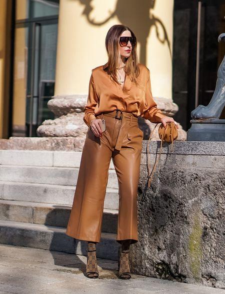 Fall trend: wide-leg pants 🤎  Werbung  Ultra bequem, modisch und elegant - ein Herbst - Trend den ich mag #widelegpants 👍🏻 Und in der verkürzten Variante aus Leder dürfen dann in der kühleren Jahreszeit jetzt auch die Strümpfe wieder hervorblitzen 😉  . . . . #camelcolor #satinshirt #brown #socksandheels #mybeigelife #guccisocks #allbrown #monochrome  #leatherculottes #shadesofbrown #fallstyle #culottes  #herbstlook