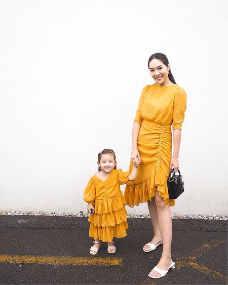 我們第一套正式母女裝👭🏻 好像有點失敗了🙈😅 寶寶的裙子有點太大😂 因為這邊比較快入秋冬🍂 媽媽擔心衣服未寄到天氣已轉涼 所以買大了個碼 心想今年不能穿下年可以穿 結果另外兩條裙子比這條更長🙈 所以真的只好待下年才能穿了🤣 但裙子都很美忍不住想立即穿喔😍 ㅤㅤㅤㅤ 更多同色系連身裙👇🏻  http://liketk.it/2WvHz  ㅤㅤㅤㅤ #motherdaughterootd #ootd #ladydiormini #yellowdress #kidfashion #outfits #liketkit @liketoknow.it