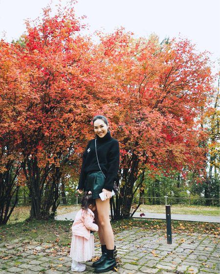 這邊的秋天有點短,🍂🍁 感覺直接就是冬天了!☃️ 正在扭計要媽媽抱的Elena⋯ 爸爸怎樣叫她也不肯望望鏡頭!🤷🏻♀️ 媽媽本來想拖著她的手在紅樹下拍張合照的! 結果她就是要把面躲起來哭!🙄 不想被拍下醜怪的樣子吧!😂 更多資訊: http://liketk.it/2GkvK   #liketkit @liketoknow.it