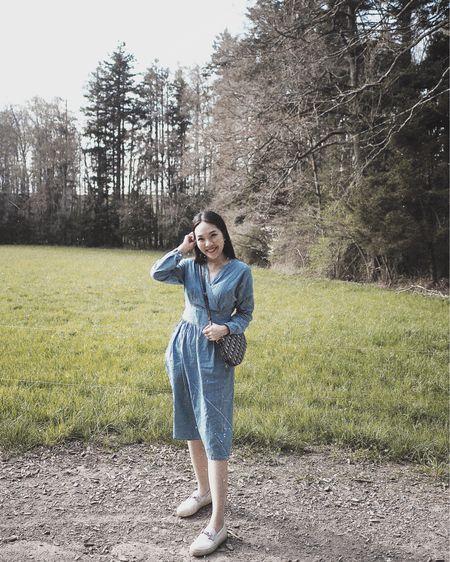平時一定不會拿手袋去散步, 但難得出外想拍一拍衣著穿搭! 就算只是散步三十分鐘, 也要帶個手袋出門拍拍照!😆  牛仔藍色連身裙迎接春天的來臨💙 跟這個Dior經典花紋有點合襯!🥰 連身裙類似款式👉🏻 http://liketk.it/2MVQd  更多款式將分享在IG Story上,有直接連結🔗方便選購!🤗💕  #liketkit @liketoknow.it #outfitoftheday #denimdress #ootd #diorsaddlebag #todsshoes #springoutfit #fashion