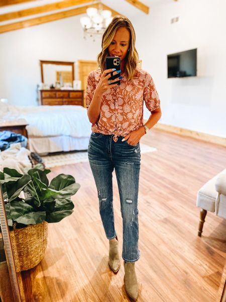 Fashion for working moms doesn't have to be complicated. Especially if it's business casual. Those outfits can definitely double up as date night outfits!   #LTKworkwear #LTKunder50 #LTKstyletip
