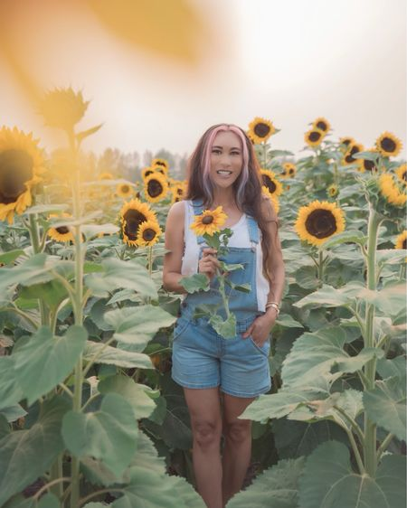 """🌻 Happy Monday! What's your favorite flower? Can you guess mine?   🌻 Head to my stories to see how I spent my weekend, thanks to my lovely friends @Marisfarms. If you're headed that way.... make sure to reserve your spot online with my coupon code """"JULESSF"""" for 10% off Admission.   🌻 Be sure to stop at the gift shop... their Fudge, Queso and Caramel Apple is the best!!!     #LTKSeasonal #LTKtravel #LTKstyletip"""