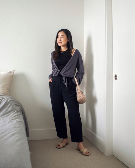 A simple no-fuss outfit consisting of a black base with a loose cardigan thrown on top. Easy & comfortable ❤️
