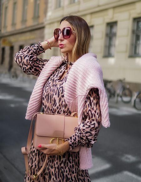 Sweet October 🌸  Werbung Der Herbst zeigt sich von seiner schönsten Seite, und die Kleider Saison wird mit kuscheligen Strick -Pullis und -Cardigans noch verlängert 🌸 Denn Home Office sei Dank kann der Mantel bei mir noch im Schrank bleiben 😅 . .  #maxidress #mididress #leoprint #animalprint #diorbag #pink #thinkpink  #falllayers #layering #knitsweater #strickpulli  #maxikleid #herbstlayering #fallstyle        #LTKstyletip #LTKeurope #LTKSeasonal