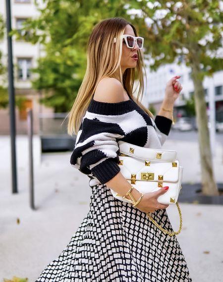 Trends come and go, but black & white styles are timeless 🤍🖤 Agreed?   Werbung Klassisch 🤍🖤 mit dem gewissen Extra und auf keinen Fall langweilig 😉 . . . #skirt #midiskirt #maxiskirt #karos #blackandwhite #sweater #sweaterweather  #knit #knitsweater #valentinoromanstud #monochromelook #monochrom #toninton