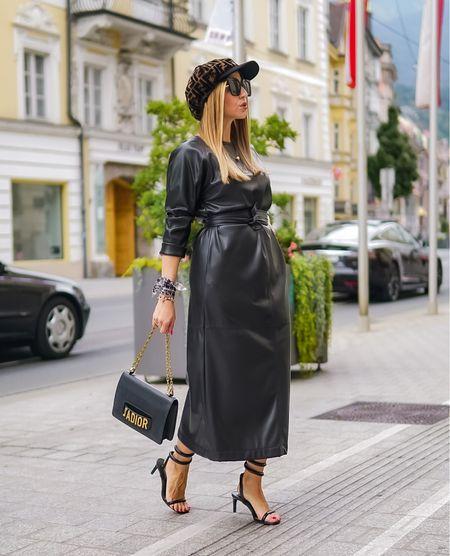 Leather Weather 🖤   Werbung Weder zu warm noch zu kühl - das Trend Material der Stunde ist cool und raffiniert zugleich @louisandmia 🖤 Für mich als Kleidermädchen ist ein #lederkleid ein absolutes Must - Have Piece für den Herbst 👌🏻  . .  #blackdress #mididress #leatherdress #jadior #diorbag #allblack #monochrome  #fendi #fendicap #leatherweather #maxikleid #monochromelook #monochrom #toninton