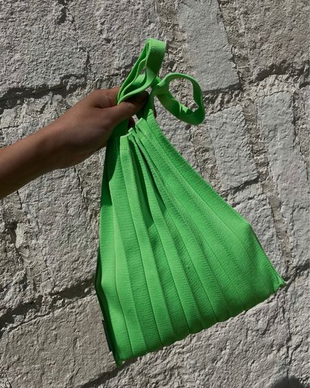 Pretty pleats spun from ♻️ plastic bottles. 💚   #LTKitbag