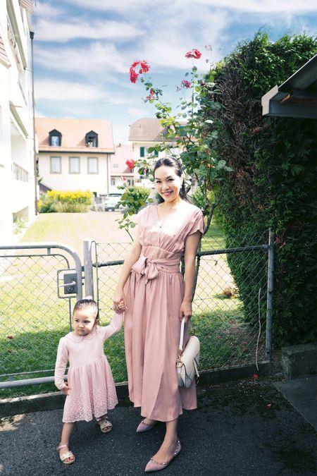 寶寶有很多粉紅色的衣服和裙子🎀 媽媽特意買了條粉紅色裙來跟她襯一襯 有留意到她的腿🦵🏻嗎 是媽媽的招牌動作🙈🤣 至於表情😠嘛⋯應該是太陽有點兒猛🌞吧🙊 ㅤㅤㅤㅤㅤ 耳環@ellangelcollection 頸鏈手袋@dior 裙@sisland.shop 鞋@maisonvalentino ㅤㅤㅤㅤㅤ 更多美美粉紅色連身裙👇🏻  http://liketk.it/2VsDI  ㅤㅤㅤㅤㅤ 歡迎在@liketoknowit app follow我的衣著穿搭 第一時收到通知即時選購以免產品售罄喔😘 ㅤㅤㅤㅤㅤ  #liketkit @liketoknow.it #motherdaughterootd #pinkladies #pinkdress #diorsaddlebag #ootd #fashionblogger #kidfashion #ellangelcollectionjewelry