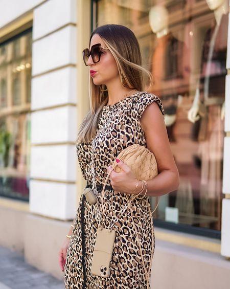 Quick & Easy 🤍🤎   Werbung  Immer griffbereit und jetzt auch noch stylish verpackt 👉🏻 die tollen Handycases aus genarbtem Leder mit austauschbaren Handyketten findet ihr bei @bymi_fashion ⭐️ #bymi #bymimoment #mixandmatch  #ootd #animalprint #leoprint #leo #mixandmatch #leatherpants #leodress #sweatdress #fallstyle #summumwomen #fashioninspo #paddedshoulders #styleinspo #sneaker #sneakerlook #bottegavenetapouch #bottegaveneta