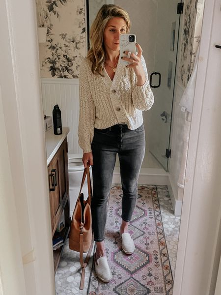 Casual outfit - one of my go tos!   Code: LYNZYANDCO25 for 25% off the bag!