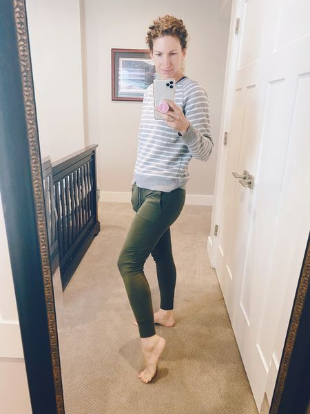 #momuniform #targetstyle My mom uniform until it gets Warmer! I like longer sweatshirts so my fave lately is the vintage cut at Old Navy!