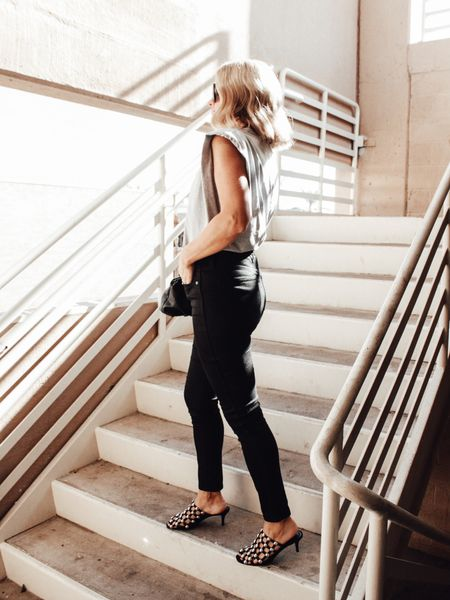The perfect tank (wearing a M, but also can do a S)  and I live in my Madewell black skinnies! 🖤 @liketoknow.it #liketkit #ltkfashion #fallfashion http://liketk.it/2VQp6