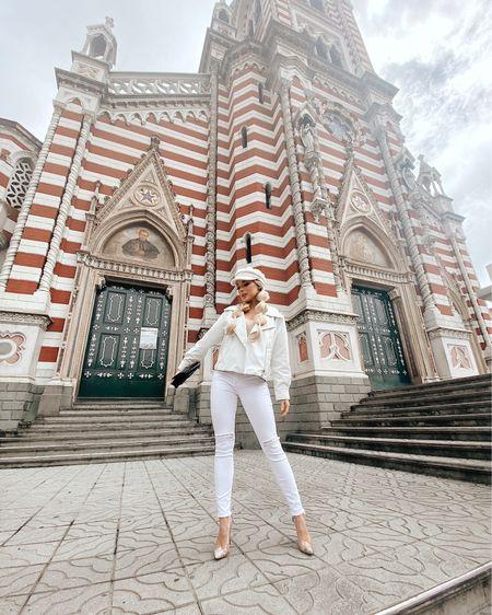 Chic white outfit in Bogotá http://liketk.it/3767I #liketkit @liketoknow.it #LTKunder50 #LTKtravel #LTKstyletip #hat #bakerboyhat #whitejacket #whitejeans #shoes