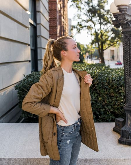 This lightweight jacket by Everlane is the perfect throw on piece for fall—it's relaxed but not too oversized at all. I ordered my true size and love the fit. Crewneck sweater is old Everlane, jeans are the Madison by BlankNYC & no longer available in this wash.  #quiltedjacketforwomen #everlane #quiltedjacket #falljacket #womensfalljacket #lightweightjacket