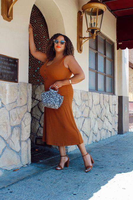 A pop of a graphic print 🏁!  I like to add a burst of a graphic print like this little purse to an otherwise monochromatic outfit. It adds a little something unexpected 😊.  This dress is from @bananarepublicfactory - so good wearing a large. The purse is from there as well! Both are linked in my LIKEtoKNOW.it- go to the link in Bio! ⠀⠀⠀⠀⠀⠀⠀⠀⠀ ———————————————————————————  🇩🇴 ¡Un poquito de un estampado gráfico 🏁!  Me gusta agregar una explosión de un estampado gráfico como este pequeño bolso a un atuendo monocromático. Agrega algo inesperado 😊.  Este vestido es de @bananarepublicfactory, tan bueno llevar un vestido grande. ¡El bolso también es de allí! Ambos están vinculados en mi LIKEtoKNOW.it: ¡vaya al enlace en Bio!    #LTKcurves #LTKstyletip #LTKunder100