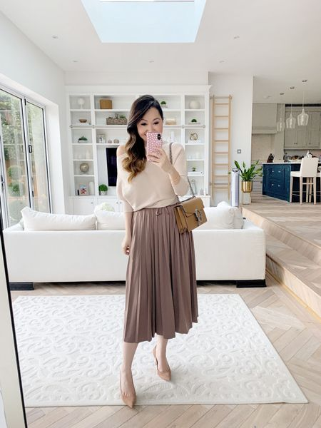Easy neutrals for autumn/ winter 😍 Love a good pleated skirt and this one has so much swish! ✨  Teamed with one of my favourite off the shoulder sweaters - had this one for 2 years now and still absolutely adore it 😍   Took a UK 4/ US 0 in the skirt and an XS in the sweater ❤️