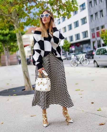 ⬛️ Black & White ⬜️   Werbung Quadratisch, stylisch, gut - in der Mode läuft im Moment nichts ohne Karos ⬜️⬛️ Die Farb - Klassiker schwarz und weiß werden zum kontrastreichen Power Muster 🔲 I like 👍🏻   . .  #skirt #midiskirt #maxiskirt #karos #blackandwhite #sweater #sweaterweather  #knit #knitsweater #valentinoromanstud #monochromelook #monochrom #toninton    #LTKstyletip #LTKeurope #LTKSeasonal