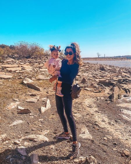 Emily Gemma, Hiking Outfit, Workout Outfit, Fall outfit, Athleisure, Zella leggings, leopard sneakers, Zella Top, Nordstrom