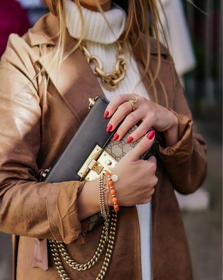 It's all about the right details 💫    Werbung  Mit einem detail Bild zu meinem gestrigen #ootd geht's in die neue Woche - die bunten Kugelarmbänder sind übrigens ganz neu bei @mainpunkt 👉🏻 Schaut gerne mal vorbei und spart die Versandkosten mit dem Code pheromone 💫  . . . #camelcolor #leatherpants #brown #leathertrousers #lederhose #ledermantel #allbrown #monochrome  #leatherblazer #shadesofbrown #fallstyle #leathercoat #leathertrench #trenchcoat #trench  #herbstlook #pullunder #pullunderstyle