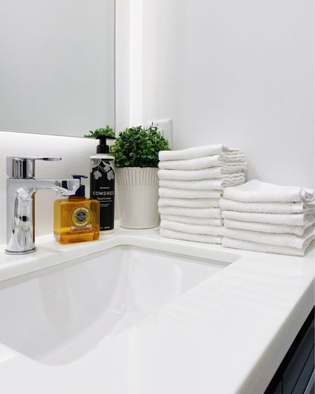 Luxe living tip: individual hand towels in the powder room! Take a nod from 5-star hotels and make your guests (and yourself) feel pampered and clean, while cutting down on waste. A great way to add a touch of everyday luxury to your home.  #alexanderkentonhome #torontohomes #luxuryhomes #liketkit http://liketk.it/3h7DU @liketoknow.it #LTKhome