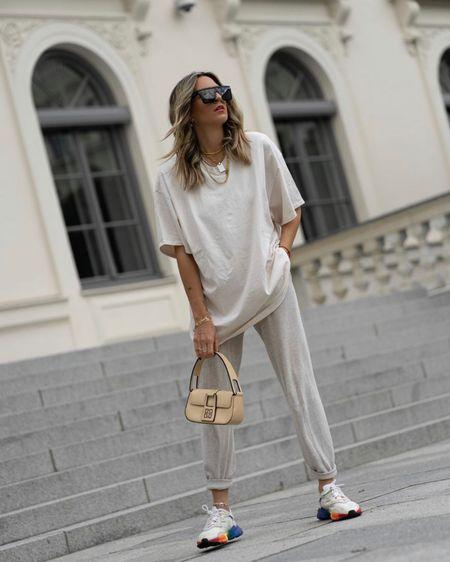 #liketkit @liketoknow.it http://liketk.it/2RAJr Cozy Look, Summer Look, Oversize, Givenchy Vintage, Ozweego Adidas Shoes, Joggingpants