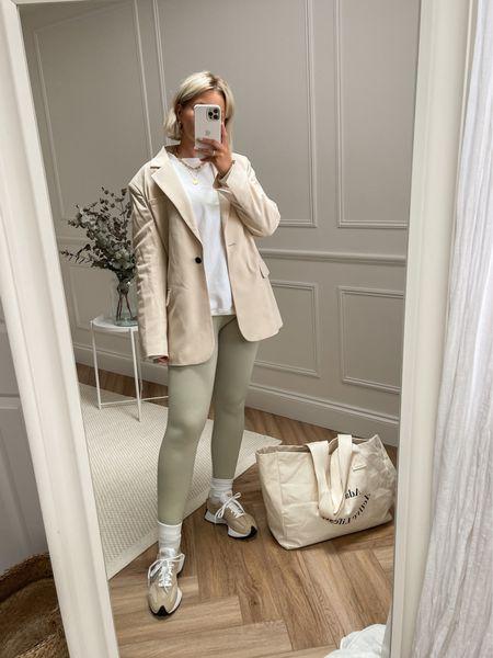 Smart casual minimal look - ribbed leggings - sweatshirt - beige blazer