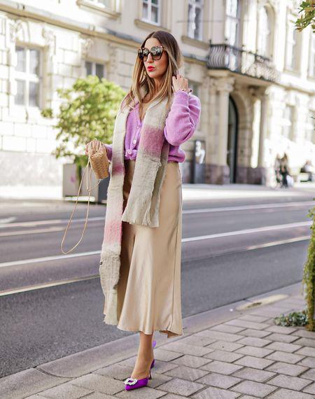 Lavender 💜    Werbung Feminin im Kuschel Strick und Satin Rock @summum geht's in Richtung Wochenende 💜💫 Und wie man den Flieder farbenen Cardigan aus Alpaca Wolle @summum auch lässig zur Hose stylen kann, seht ihr weiter unten im Feed 🤗 Happy Friday 👋🏻 . . #lavender #trendcolor #summum #thepouch #summumwomen #lilac #knitcardigan #easystyle #comfy  #cardigan  #fallstyle #bottegaveneta #herbstlook #bottegavenetapouch