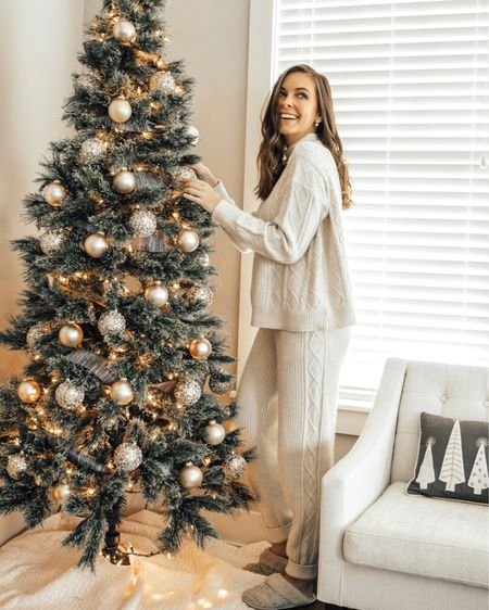 It's December 1st AND it's after thanksgiving so now no one can judge for me for my love of Christmas 😘 Just in time for my Christmas gift guide for her! If you've got a lady in your life - here are some of my favorite ideas! Ladies, save this post and send it to anyone who needs some ideas! • •  http://liketk.it/32RJk #liketkit @liketoknow.it