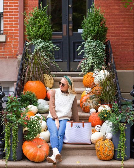 This home is pumpkin-to talk about 🎃😉 I have been using this @barringtongifts tote around the city & for our weekend trips the past few weeks & let me tell you… it's the BEST everyday bag. So much so that Johnny bought me my first one as a gift back in college & I used it then too! 🥰  It can fit everything you need for work or a travel tote without sacrificing style (they have over 60 patterns & a bunch of monogram styles & color options!). This is the St. Anne Tote in 'Oyster Grey Geometric' with a Hunter Green colored monogram! A classic combo 🌲 #barringtongifts #sponsored