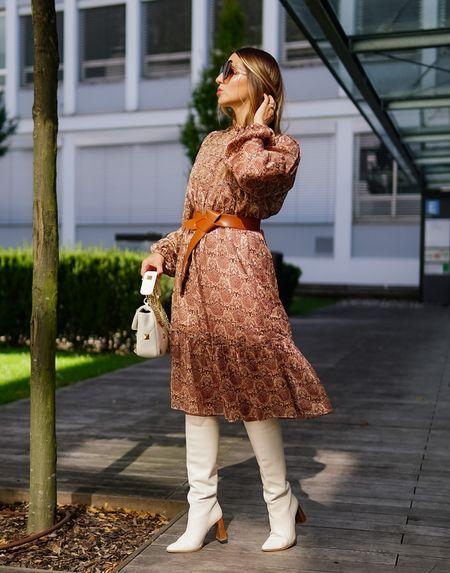 Creme Caramel 🥮  Werbung So verlockend wie es aussieht - das goldig glänzende braun macht schon richtig Lust auf einen Spaziergang durchs bunte Herbstlaub 🍂🍁 Und mehr glänzende Highlights zu diesem tollen Kleid @summumwomen gibt's heute in den Stories 💫 . . . #mididress #midikleid #summum #summumwomen #kleiderliebe #paisleyprinr  #cognaccolor  #camelcolor #toffeecolor #toffeetones #herbstlook #valentinobag #valentino #valentinoromanstud #whiteboots #fulldress