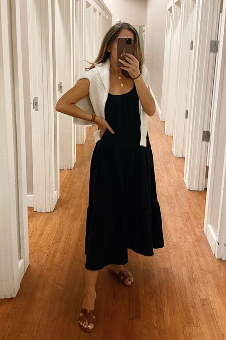 Dress in xs (accidentally got petite but love the length actually).