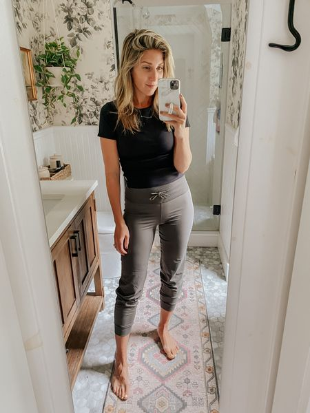 This ribbed tee  made with amazing modal fabric has the cutest ribbed detail.   Paired with the daily jogger - perfect fit.   #ad #vuori @vuoriclothing