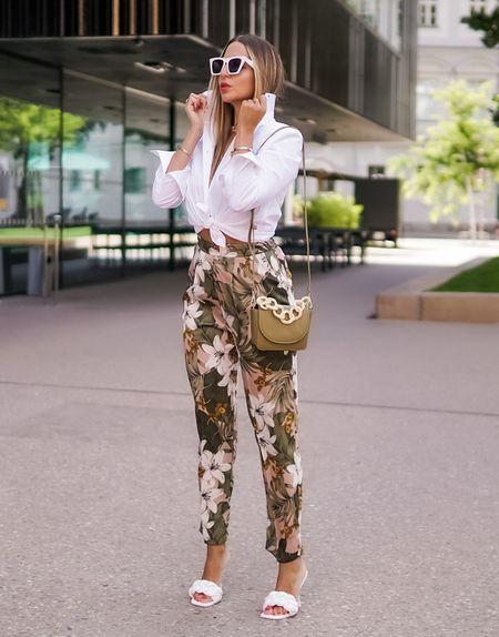 Bye Bye Summer Florals 🌸  Werbung  Nochmal schnell in die florale Sommer Hose 🌸 reingeschlüpft bevor nun die neuen Herbst 🍂 Items ausgeführt werden - stay tuned, es wird ein toller modischer Herbst 👍🏻  . #whiteshirt #whiteskirt #floral #mules #floralpants #silkpants #whitemules #khaki  #khakipants #flowerpower #summerlook #ootd  #details