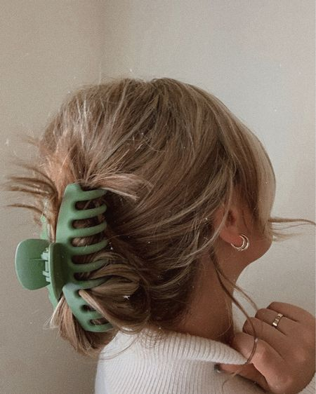 Feeling all the Rachel Green vibes 👰🏽👄☂ with this hairstyle! These oversized butterfly clips come in a pack of 4 matte neutrals (black, mauve, taupe, and sage) a steal for neutral fiends like me 🤪😄 they're a rubbery material that grip well and stay in all day, but don't pull or tug. Perfect for even the thickest hair & lazy days 💫 clips and jewelry linked http://liketk.it/30ITr #liketkit @liketoknow.it