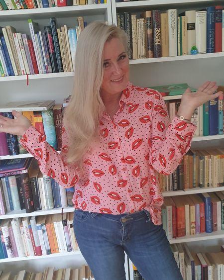 Werbung/Markennennung  Diese Bluse mit Kussmundprint 💋👄 verbreitet sofort gute Laune! Ich liebe diese Bluse auch weil die momentan im Sale ist. Perfekt für den Valentinstag ❤❤❤ Wenn euch die Bluse gefällt, könnt ihr sie ganz einfach nachshoppen. Folgt mir in der LIKEtoKNOW.it  Shopping-App   @liketoknow.it #liketkit #LTKstyletip #LTKeurope   #LTKspring #valentinesday #cuteoutfits #lovelife #funfashion #mystyle #styledbyme #styleblogger #fabulo http://liketk.it/2JH19 usover50 #fashionista
