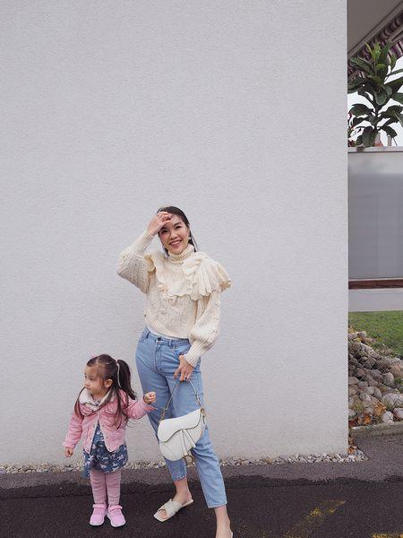 在狂風中帶點微雨下 我們異常的興奮🤪🤣 因為風太大太冷了 快速十秒拍完照便跑上車 這邊的天氣是直接到冬天了嗎😵 上車後看相片 發現爸爸或許也太興奮了吧😅 相機畫面也沒有看只狂按制拍照🙄 頭幾張照片都是沒有拍到腳的😂  這件時尚感滿滿的毛衣是我的最愛 上年在@zara購入的 顏色花紋款式設計都很喜歡🥰 什麼都不用多搭已經很好看👍🏻  更多時尚感滿滿的米白色毛衣👇🏻  http://liketk.it/2XWQS    #liketkit @liketoknow.it #jumper #creamyjumper #motherdaughterootd #diorsaddlebag #zaraclothing #zarawoman #ootd #outfitoftheday #autumnoutfit #ellangelcollectionearrings