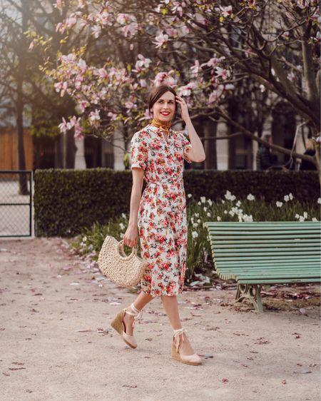 { Full bloom 🌸 Que des choses que j'aime dans ce look : une robe chemise, des fleurs, un panier, des espadrilles à talons et un foulard ! Je raffole de robes chemises et celle-ci est sans nul doute l'une des plus jolies que je possède ! Elle me plaisait tellement que je l'ai aussi prise en version fleurie et en version rayée ! RDV via le lien dans ma bio pour tous les détails de ma tenue ou dans mes Stories 👒 Et vous, osez-vous les looks fleuris ? #DaphnesOutfits }   #liketkit http://liketk.it/2B9m3 @liketoknow.it