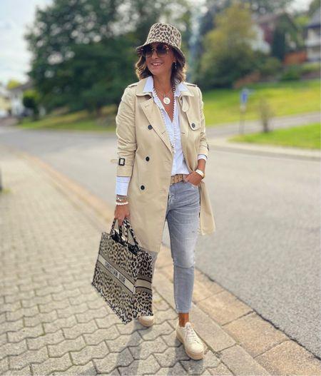 Werbung 🧥 Trenchcoat 🧥  Zur grauen Jeans trage ich einen klassischen Trenchcoat und farblich passenden Details 🧥   Euch einen wunderbaren Start in die neue Woche 🧥  #LTKSeasonal #LTKstyletip #LTKeurope