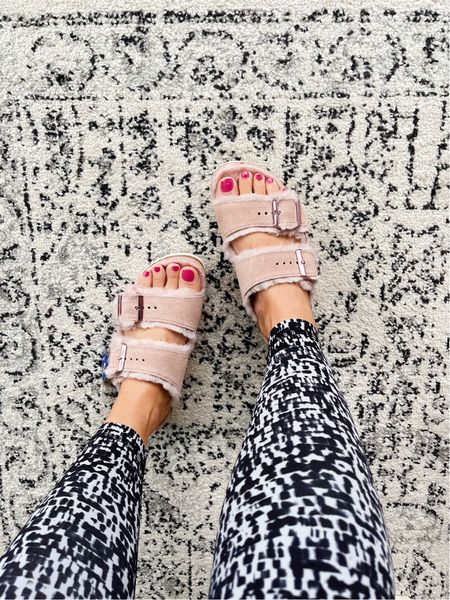Fuzzy Birkenstocks for the win! Very comfy & true to size 🙌🏻
