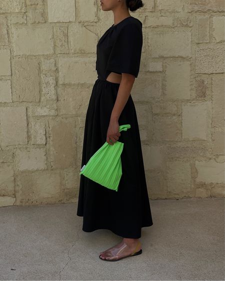 Extra busy week and it's 90° out today so I'm posting another summer ensemble from our recent trip. Bag is made from recycled water bottles. ♻️ Very into pops of green and this lightweight & foldable material made it the perfect little packable travel tote. Will link this look (dress is currently on sale) in my bio and in stories!
